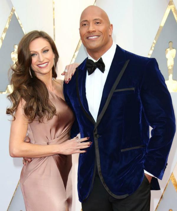 Dwayne Johnson và bạn gái Lauren Hashian tại Oscar 2017. Ảnh:Yahoo.