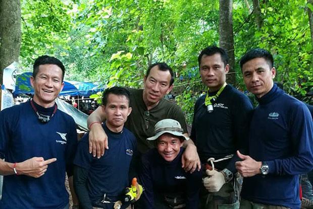 Saman Kunan (ngoài cùng bên trái) từng làthành viên lực lượng đặc nhiệm hải quânSEAL. Thợ lặn này gặp nạnkhi tham gia giải cứu đội bóng thiếu niên trong hàng Tham Luang. Ảnh:Bangkok Post.
