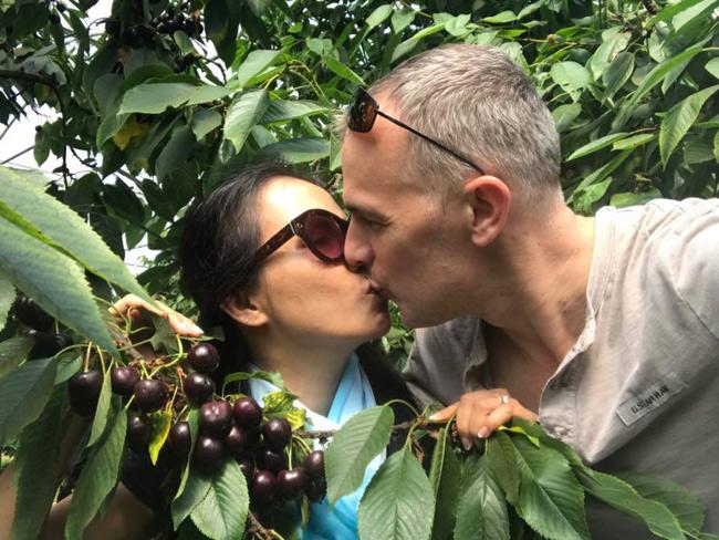 Cô khiến bạn bè thích thú khi khoe ảnh hai vợ chồng đi hái cherryvà trao nhau nụ hôn ngọt ngào giữa khu vườn xanh mát.