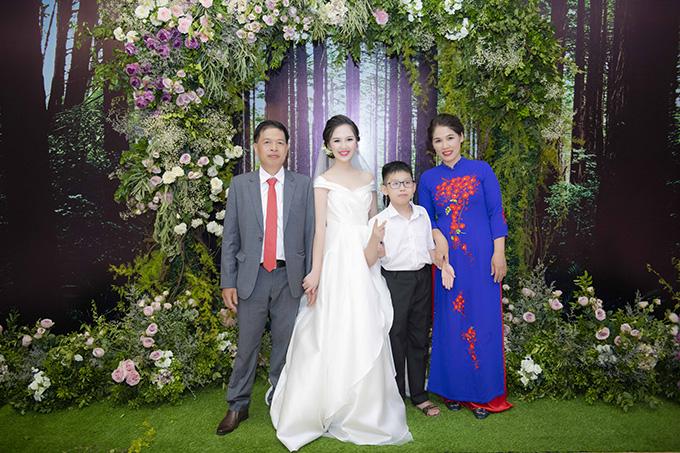 Hà Anh hạnh phúc bên bốmẹ và em trai trong lễ thành hôn.