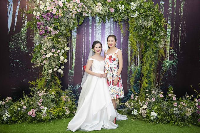 Hoa hậu Ngô Thu Trang cũng có mặt để chung vui với Hà Anh.