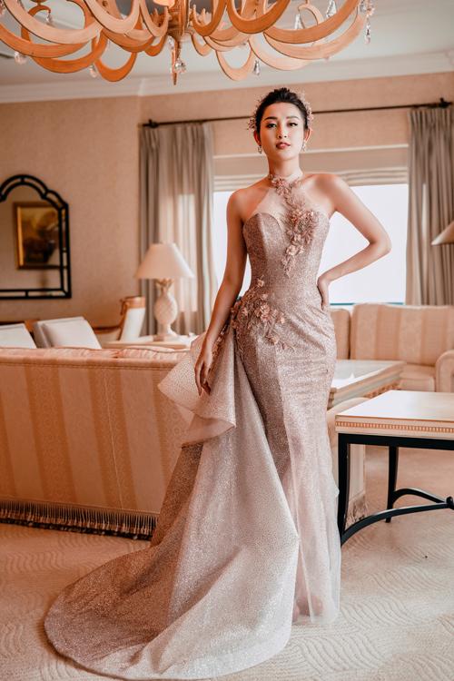 Nhà thiết kế khéo léo đính tà phụ với tạo hình nơ bản to ở một bên hông, tạo điểm mới lạ cho trang phục.