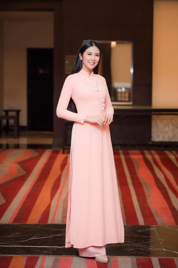 Hoa hậu Ngọc Hân diện áo dài do chính mình thiết kế khi đến dự tiệc của đàn chị.