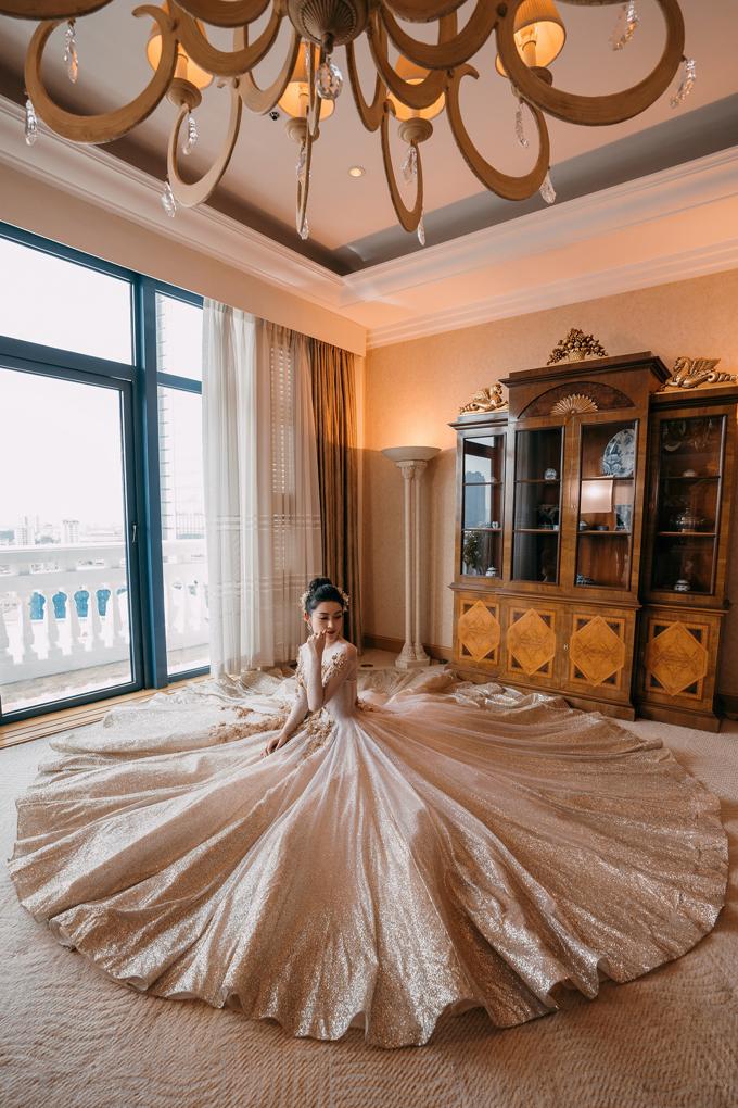 Vạt váy có từ 4-6 lớp tạo đồ phồng, tiếp tục là xu hướng phổ biến trong thiết kế váy cưới. Mẫu váy rất được lòng cô dâu vì dễ mặc, phần trên ôm vào cơ thể, phần dưới xòe rộng bồng bềnh như làn mây khiến nàng dâu trở nên lung linh đến ngây ngất.