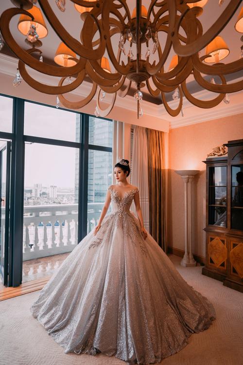Huyền My tiếp tục diện một thiết kế váy xòe công chúa khác với tông bạc trắng lấp lánh. Chiếc váy có trọng lượng lên tới 25 kg, nhưng với kinh nghiệm trình diễn thời trang nhiều năm, cô nàng không gặp chút khó khăn nào khi diện mẫu váy này.