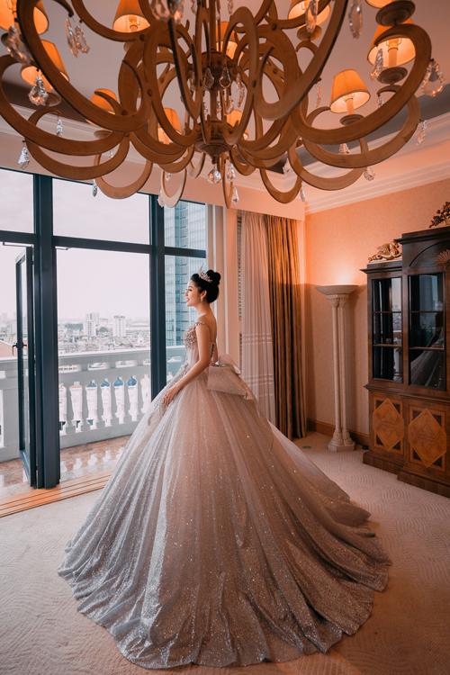 Mẫu váy có đính nơ to bản đằng sau eo giúp tôn lên vẻ yêu kiều và lộng lẫy của cô dâu.
