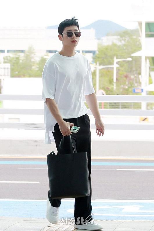Jung Hae In tại sân bay Hàn Quốc sáng nay 6/7.