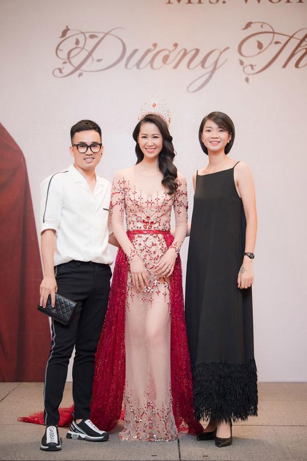 NTK Hà Duy và siêu mẫu Hạ Vy cũng đến chia vui với thành công của Dương Thùy Linh.