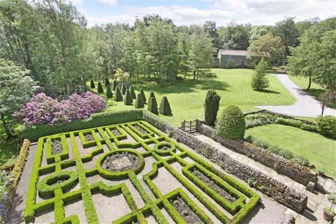 Khu vườn được chăm sóc tỉ mỉ.