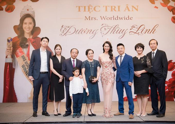 Đại gia đình gồm bố mẹ ruột (bên phải), bố mẹ chồng (thứ năm và thứ sau từ trái sang) và em trai ruột (ngoài cùng bên trái) đã đến chúc mừng cô.