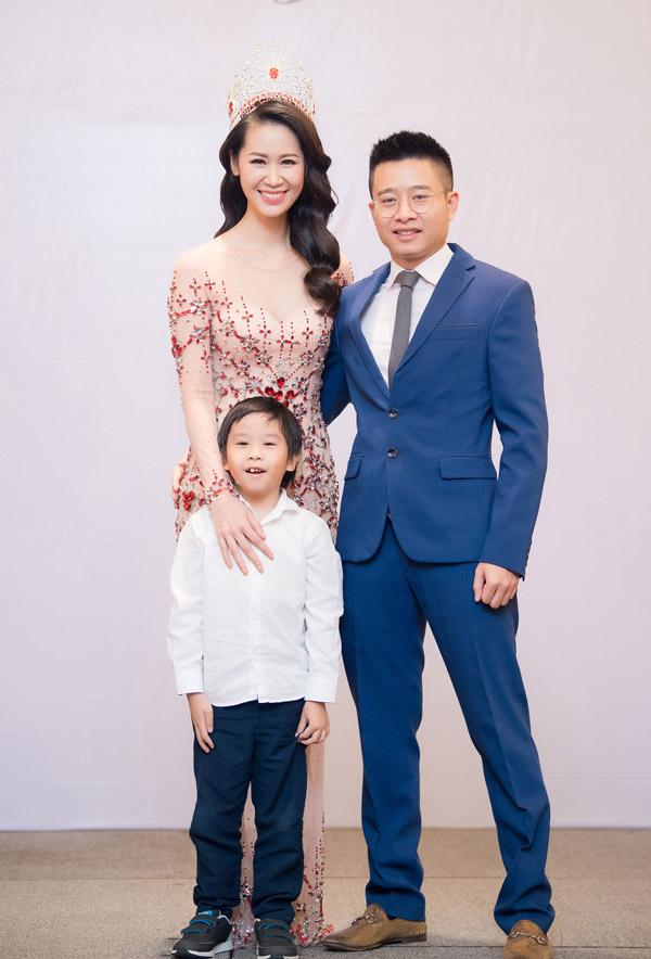 Nửa tháng sau khi đăng quang Mrs Worldwide 2018 (Hoa hậu Phụ nữ Toàn thế giới), tối qua (5/7) Dương Thùy Linh mới mở tiệc tri ân gia đình, bạn bè đã ủng hộ cô trong suốt cuộc thi. Người đẹpdiện váy dạ hội xuyên thấu, rạng rỡ cười bên ông xã - doanh nhân Việt Thắng và con trai đầu lòng.