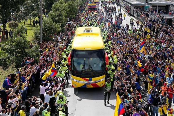 Hôm 6/6, tuyển Colombia trở về tới thủ đôBogota sau khi kết thúc cuộc hành trình tại World Cup 2018 ở Nga. Hàng nghìn fan đứng dọc hai bên đường vẫychào xe bus chở đội đi qua.