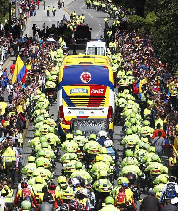 Hàng trăm môtôcảnh sát được huy động tham gia hộ tống xe bus của tuyển Colombia.