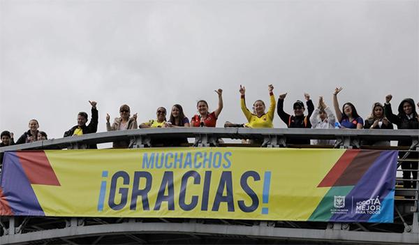CĐV treo biểu ngữ Cảm ơn rất nhiều chào đón tuyển Colombia trở về.