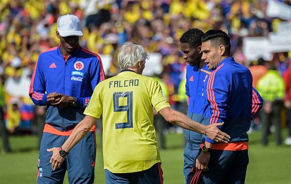 HLV Jose Pekerman mặc chiếc áo của Falcao trong buổi giao lưu với người hâm mộ tại sân VĐV El Campin.