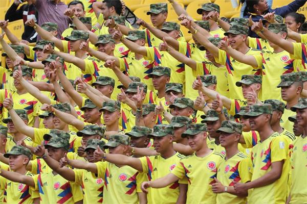 Lực lượng quân đội cũng tham gia chào đón tuyển Colombia như những CĐV.