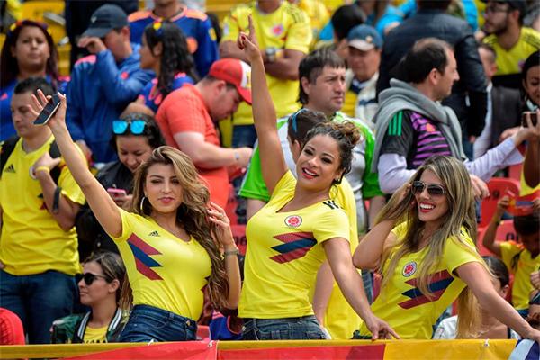 Các fan nữ xinh tươi thể hiện tình yêu với tuyển Colombia trên khán đài sânEl Campin.