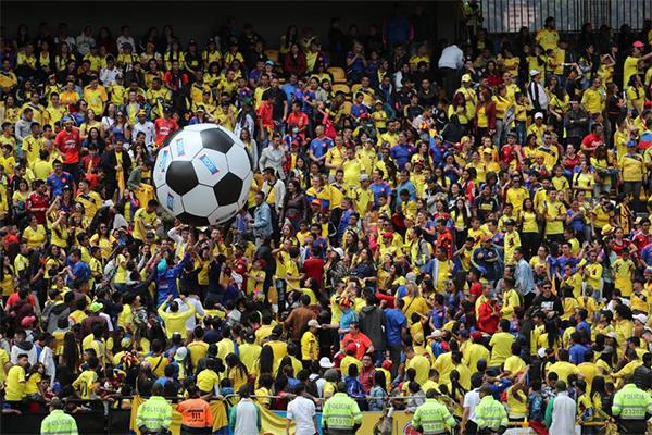 Không khí buổi giao lưu như một ngày hội của bóng đá Colombia.