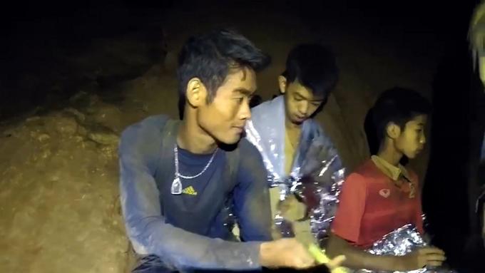 Huấn luyện viênEkapol Chanthawong gầy đi nhiều sau gần 2 tuần bị kẹt trong hang Tham Luang. Ảnh: The Nation.