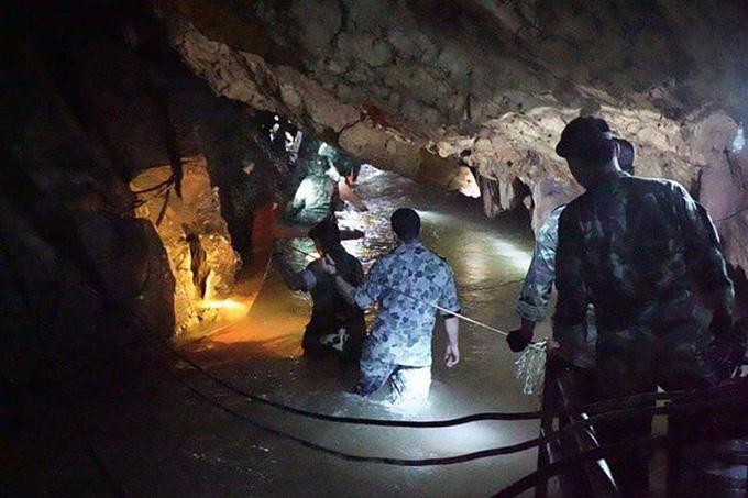 Các thợ lặn làm việc trong hang Tham Luang Nang Nong, nơi đội bóng nhí Thái Lan đang mắc kẹt. Ảnh: AFP.