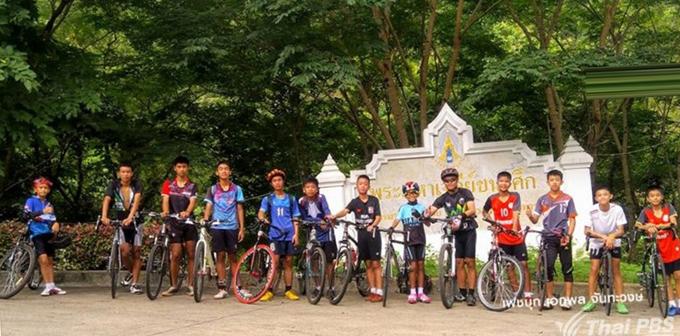Đội bóng Wild Boars trước khi mất tích trong hang Tham Luang sau cơn mưa lớn hôm 23/6. Ảnh: Thai PBS English News.