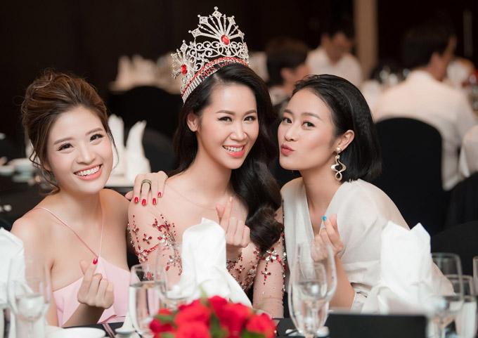 Người đẹp Phan Hoàng Thu, MC Phí Linh có mối quan hệ thân thiết trong cả công việc và cuộc sống với gái một con.