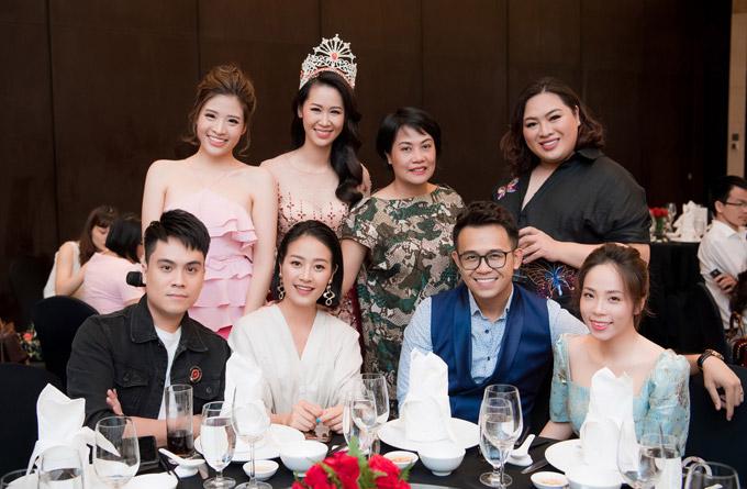 MC Thái Dũng (ngoài cùng bên trái), bà Thúy Nga Elite và NTK Audrey Hiếu Nguyễn (thứ nhất và thứ hai ở hàng bên bên phải) cũng đến chia vui với Dương Thùy Linh vào tối qua.