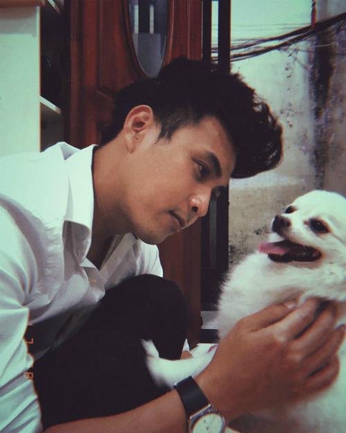 Hồ Quang Hiếu vui vẻ khi chơi cùng chó cưng.