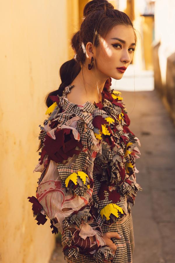 Nữ diễn viên trông cá tính khi chụp ở góc nghiêng trên phố cổ Hội An.