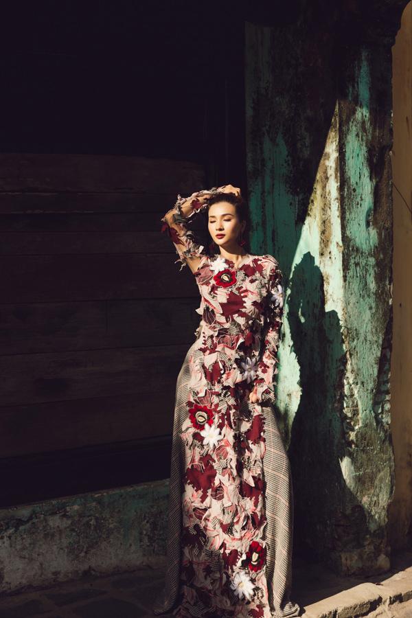 Những bộ cánh cô mặc của nhà thiết kế Yaly - người từng thực hiện trang phục cho nhiều nhân vật nổi tiếng như ca sĩ Mick Jagger - thủ lĩnh ban nhạc Rolling Stone, Hoa hậu Hoàn vũ 2004 Jennifer Hawkins, Tổng thống Phần Lan Tarja Halonen, Tổng thống Singapore S. R. Nathan...