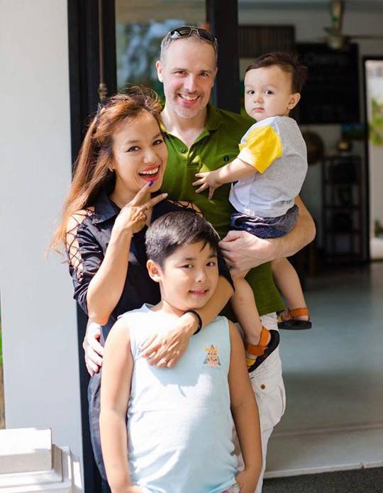 Con trai riêng của Lý Thanh Thảo năm nay 8 tuổi còn con chung của cô và ông xã người Hà Lan được 3 tuổi. Hai bé cũng sang Hà Lan dự hôn lễ của bố mẹ.