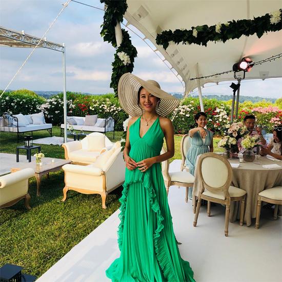 Lý Mỹ Tuệ trong tiệc mừngtổ chức tại Pháp. Cô dâu thay hai bộ váy rộng, màu sắc tươi trẻ.