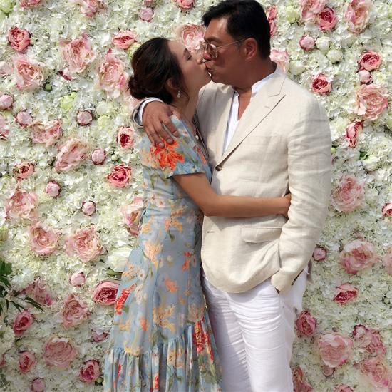 Cặp vợ chồng mới cưới hôn nhau say đắm.