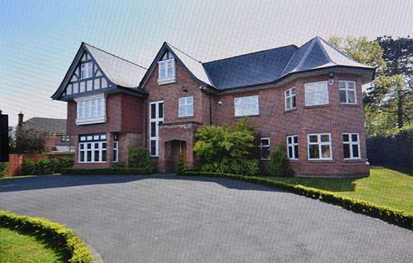 Theo giới truyền thông Anh, Sanchez giao bán biệt thự ở Hale Barns với giá 1,95 triệu bảng. Anh mới dọn về đây sống được 5 tháng, sau khi chuyển từ Arsenal sang MU.