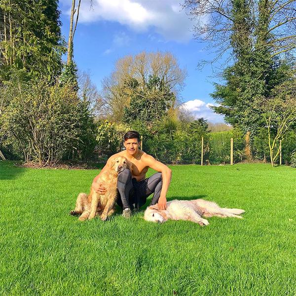 Sanchez sống ở ngôi biệt thự này với hai chú chó cưng tên làAtom và Humber. Kể từ khi gia nhập MU, Sanchez vẫn chưa thể hiện được phong độ tốt nhất. Anh chỉ ghi được ba bàn thắng cho MU trên tất cả các mặt trận ở mùa giải vừa qua. Chân sút người Chilê hy vọng việc chuyển tới nơi ở mới sẽ giúp anh ổn định cuộc sống để thể hiện tốt hơn trên sân cỏ.