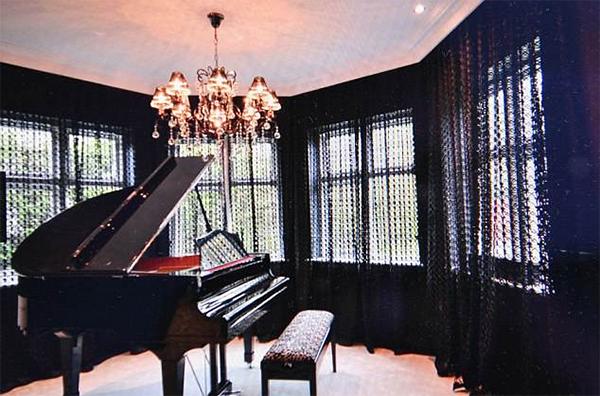 Chiếc đàn pinano được đặt ở khu vực relax của phòng khách. Sanchez chơi đàn piano thành thạo. Anh từng nhiều lần khoe tài năng âm nhạc của mình trong các video đăng lên trang cá nhân hoặc biểu diễnở các bữa tiệc.