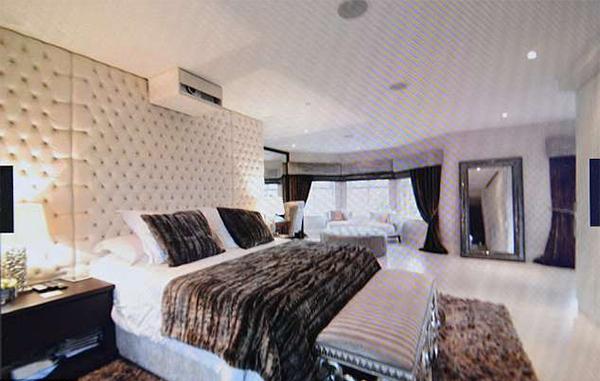 Phòng ngủ chính rộng rãi, nơi Sanchez nghỉ ngơi sau những trận đấu và buổi tập.