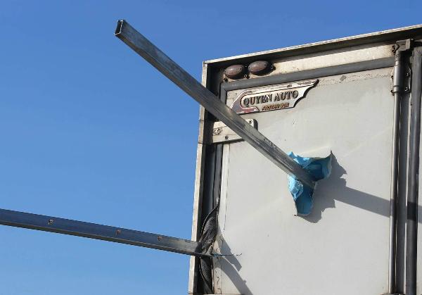 Thép đâm xuyên đến tận cuối thùng xe đông lạnh. Ảnh: Ngọc Trường.