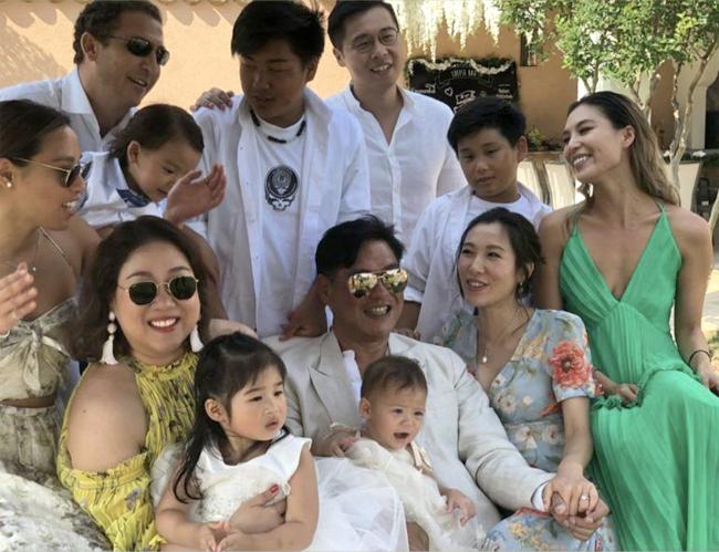 Tỷ phú Tằng Văn Hào cùng ba con gái, con rể, cháu ngoại trong ngày cưới. Ngồi bên anh (tay phải) là vợ mới cưới - diễn viên Lý Mỹ Tuệ. Ba con gái của Tằng Văn Hào đều xấp xỉ, hoặc hơn tuổi Lý Mỹ Tuệ.