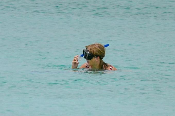 Nữ ca sĩ trông rất vui khi bơi lội và lặn ngắm san hô.