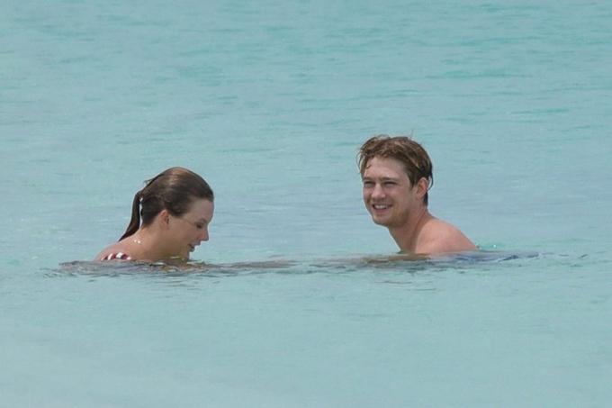Giữa những ngày đi lưu diễn bận rộn, Taylor Swift đã dành dịp nghỉ lễ để đi du lịch với chàng người tình Joe Alwyn. Cặp đôi tới quần đảo Turks và Caicos - nơi được ví như thiên đường nghỉ dưỡng bình yên ở vùng biển Caribbe.