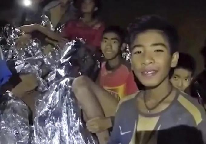 Các thành viện đội bóng nhí Wild Boars trùm chăn giữ nhiệt trong video mới nhất do Hải quân hoàng gia Thái Lan chia sẻ. Ảnh: