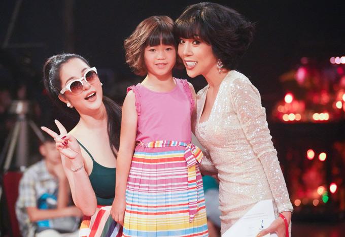 MC Trác Thúy Miêu vui vẻ chụp ảnh cùng mẹ con Thúy Nga trên phim trường.