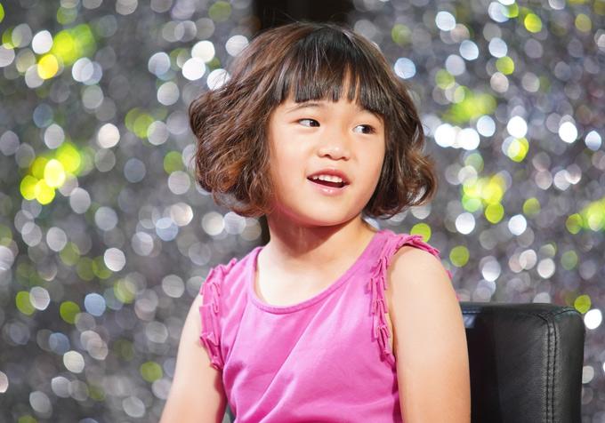 Cô bé 7 tuổi tính cách dạn dĩ, chững chạc từ nhỏ. Nữ danh hài tiết lộ, bé Nguyệt Cát là stylist nhí, hay giúp mẹ chọn trang phục, phụ kiện khi đi diễn.