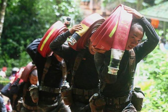 Cứu hộThái Lan vẫn đang nỗ lực tìm mọi phương án để đưa đội bóng Wild Boars ra khỏi hang Tham Luang trước khi mưa lớn xảy ra vào cuối tuần. Ảnh: AP.