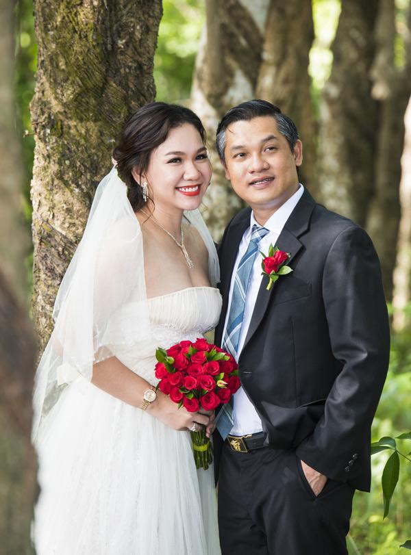 Xuân Hiếu chia sẻ: Tôi luôn giữ trang phục cưới của hai vợ chồng cẩn thận. Tuy nhiên trước khi có thể diện lại, tôi phải nhờ một người bạn sửa sang đôi chút vì so với thời còn son, hai vợ chồng đều bị tăng cân hơn.
