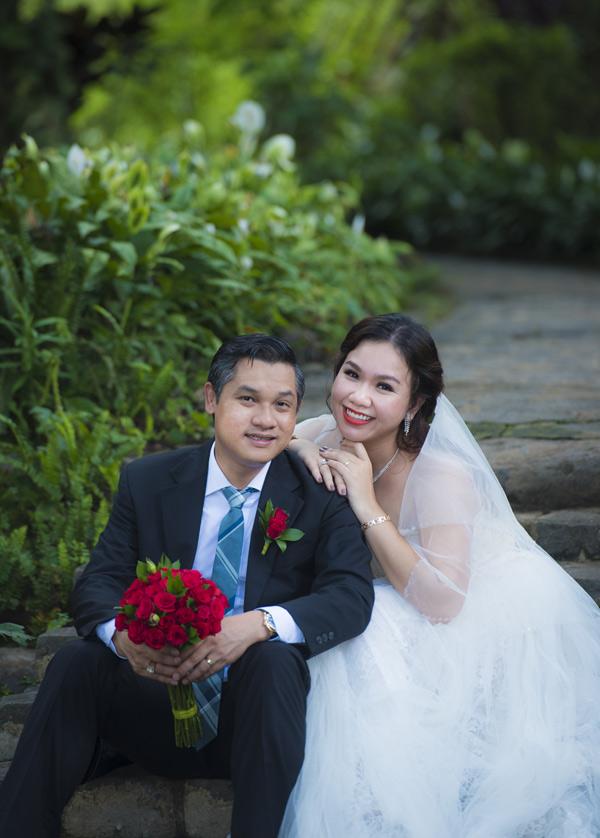 Không chỉ mặc lại trang phục cũ, tìm về bối cảnh xưa màXuân Hiếu còn kỳ công mời cả nhiếp ảnh gia Phạm Hoài Nam - người từng chụp ảnh cưới cho vợ chồng cô 10 năm trước chụp bộ ảnh cưới này.