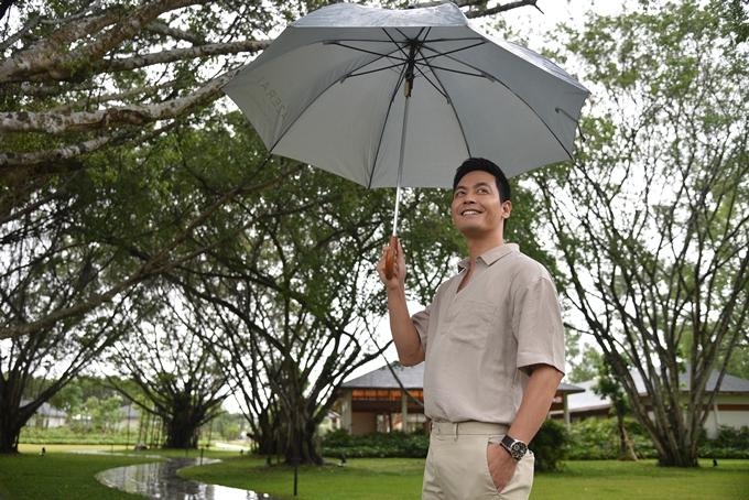 Phan Anh thích thú khi đi dưới cơn mưa phùnlãng mạn tại Azerai Cần Thơ-resort vừakhai trươngtại Cồn Ấu, trung tâm thành phốCần Thơ.