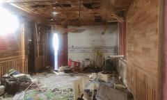 Gia đình 4 người thoát nạn khi ngôi nhà năm tầng bị ném chất nổ