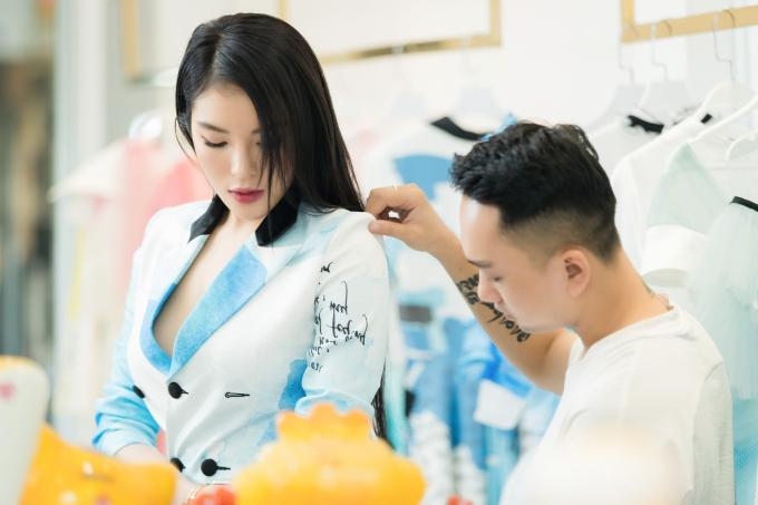 Kỳ Duyên mặc áo rộng, Quỳnh Anh Shyn khoe eo thon khi đi thử đồ - 3